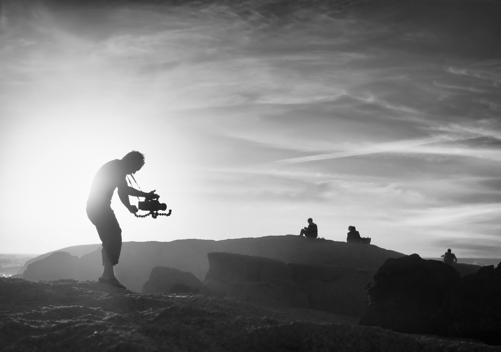 Homem grava conteúdo com storytelling em vídeo em uma paisagem